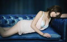 美女壁纸:穿浅色睡衣的大眼妹