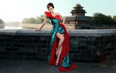 美女壁纸:城墙古典长裙美女