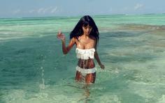 美女壁纸:清澈的海水 白色的泳装