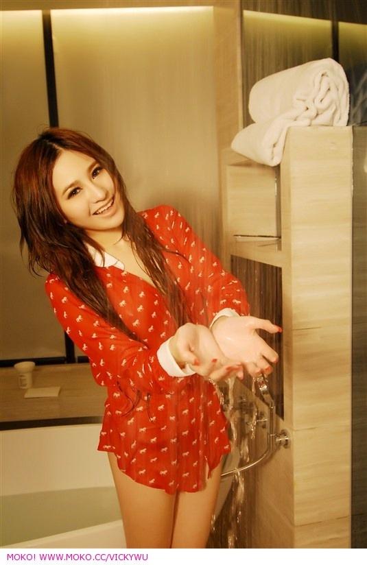 嫩模吴沐熙--浴室湿身。